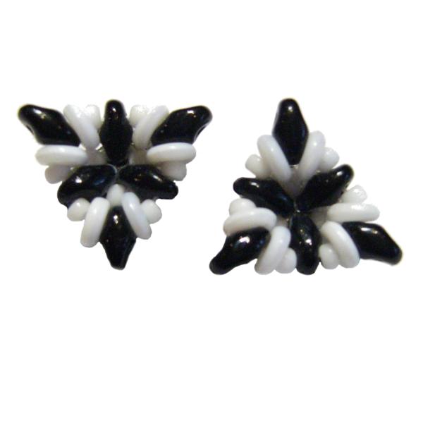 Ohrringe in Dreiecksform in Weiß und Schwarz