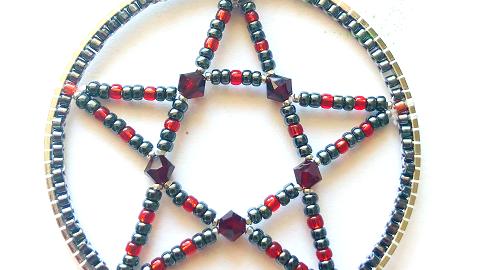 Pentagramm in Rot und Schwarz
