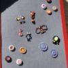 verschiedene Magnete und Magnettiere auf einer Magnettafel